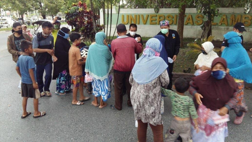 Sapa Warga Saat Buka Puasa, BNNP Kalsel Bagi Takjil Dan Masker