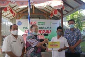 Penyerahan secara simbolis bahan untuk budidaya jahe merah dari PT.Bintang 7 oleh Direkur Dayatif BNN kepada masyarakat Desa Senggigi Lombok Barat