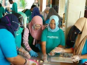 Para peserta pelatihan praktek membuat Kue Semprit Rumput Laut dan Kue Kacang Ijo di dampingi oleh Instruktur