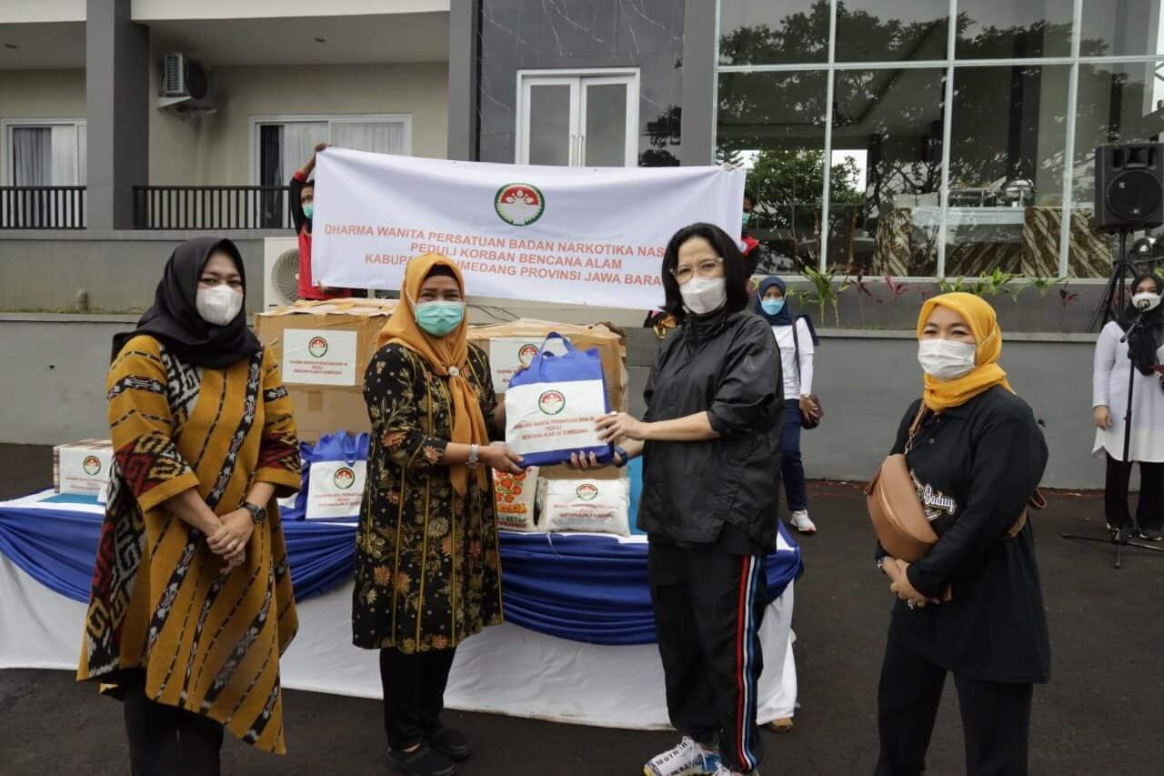 Jalin Silahturahmi, DWP BNN Pusat Gelar Olah raga Bersama Serta Salurkan Bantuan Korban Bencana Alam Jawa Barat